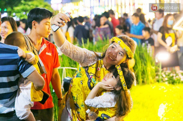 Chùm ảnh: Hàng nghìn người chen chúc trong đêm khai mạc đường hoa Nguyễn Huệ - Ảnh 20.