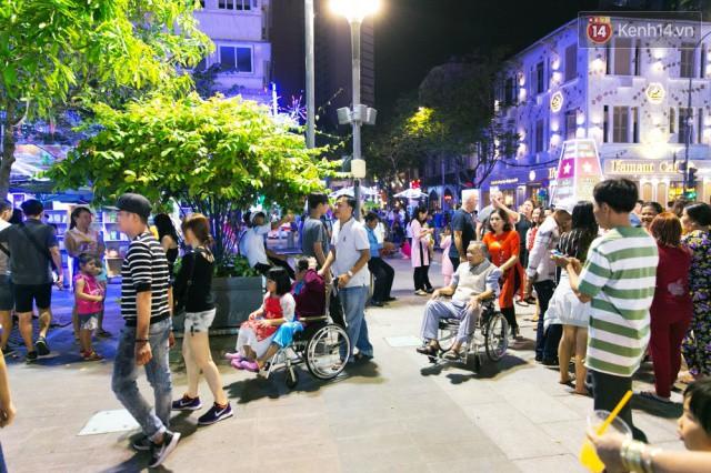 Chùm ảnh: Hàng nghìn người chen chúc trong đêm khai mạc đường hoa Nguyễn Huệ - Ảnh 18.