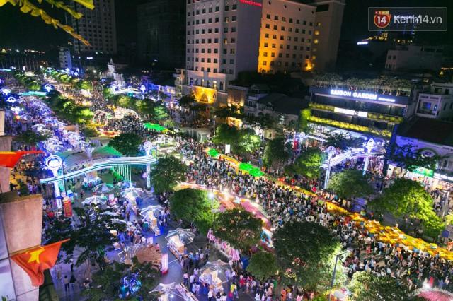 Chùm ảnh: Hàng nghìn người chen chúc trong đêm khai mạc đường hoa Nguyễn Huệ - Ảnh 10.
