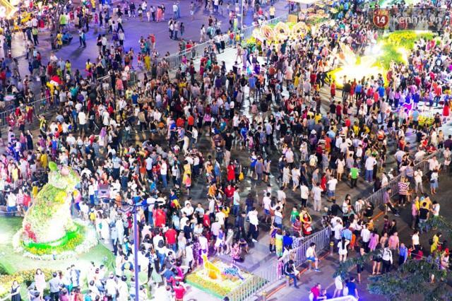 Chùm ảnh: Hàng nghìn người chen chúc trong đêm khai mạc đường hoa Nguyễn Huệ - Ảnh 12.