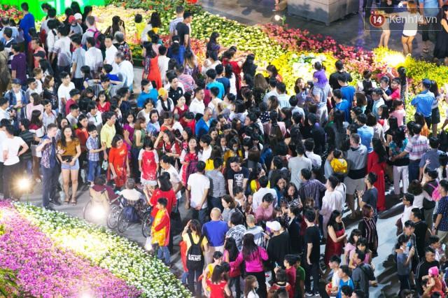 Chùm ảnh: Hàng nghìn người chen chúc trong đêm khai mạc đường hoa Nguyễn Huệ - Ảnh 13.
