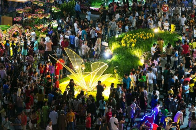 Chùm ảnh: Hàng nghìn người chen chúc trong đêm khai mạc đường hoa Nguyễn Huệ - Ảnh 14.