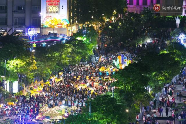 Chùm ảnh: Hàng nghìn người chen chúc trong đêm khai mạc đường hoa Nguyễn Huệ - Ảnh 16.