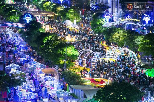 Chùm ảnh: Hàng nghìn người chen chúc trong đêm khai mạc đường hoa Nguyễn Huệ - Ảnh 17.