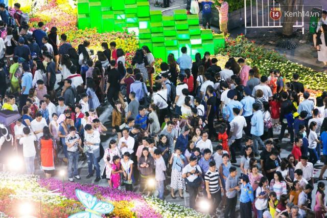 Chùm ảnh: Hàng nghìn người chen chúc trong đêm khai mạc đường hoa Nguyễn Huệ - Ảnh 15.