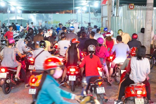 Chùm ảnh: Hàng nghìn người chen chúc trong đêm khai mạc đường hoa Nguyễn Huệ - Ảnh 23.