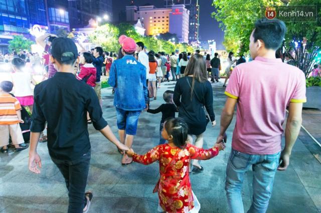 Chùm ảnh: Hàng nghìn người chen chúc trong đêm khai mạc đường hoa Nguyễn Huệ - Ảnh 25.