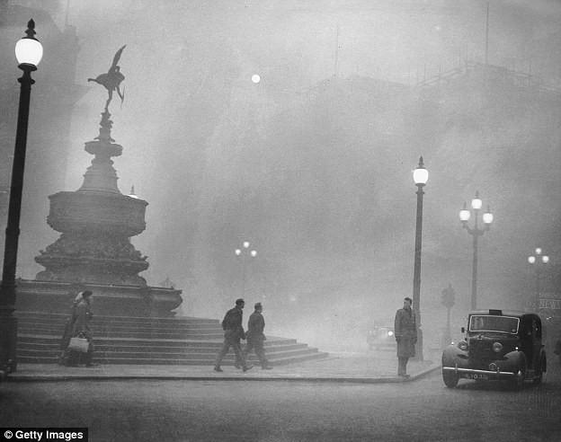 Để chống chọi lớp sương mù sát thủ người Anh xưa đã phát minh chiếc mũ bong bóng cá này - ảnh 5