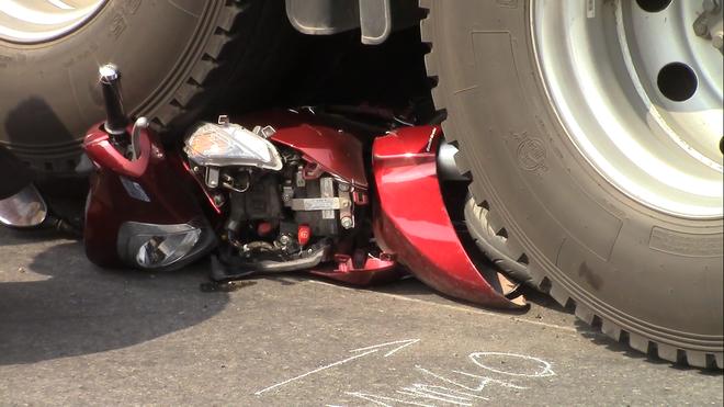 Xe đầu kéo cán nát xe máy dưới gầm cầu vượt chiều 28 Tết, 2 vợ chồng nguy kịch - ảnh 1