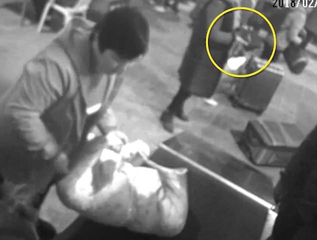 Dở khóc dở cười với người phụ nữ bất chấp trèo vào máy kiểm tra an ninh ở một nhà ga vì lý do không ai ngờ - ảnh 4