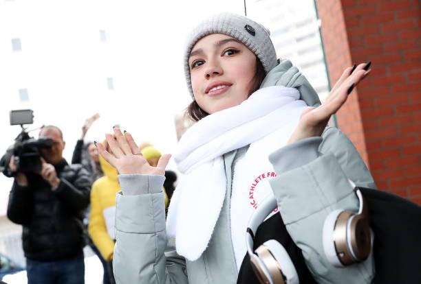 Nữ hoàng sân băng 15 tuổi tỏa sáng rực rỡ trong lần đầu tham dự Olympic mùa Đông - Ảnh 6.