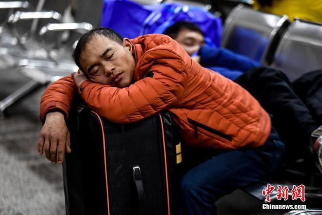 Chùm ảnh: Dù phải mệt mỏi đợi chờ tàu xe, trái tim của những người con tha hương vẫn một lòng hướng về quê mỗi dịp xuân về - ảnh 2