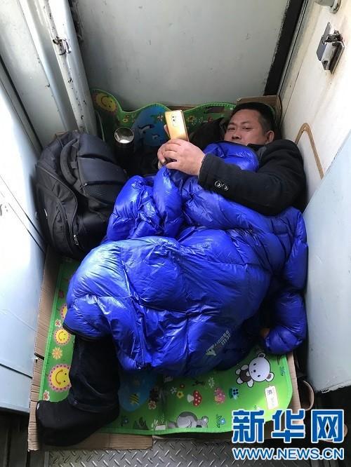 Chùm ảnh: Dù phải mệt mỏi đợi chờ tàu xe, trái tim của những người con tha hương vẫn một lòng hướng về quê mỗi dịp xuân về - ảnh 12
