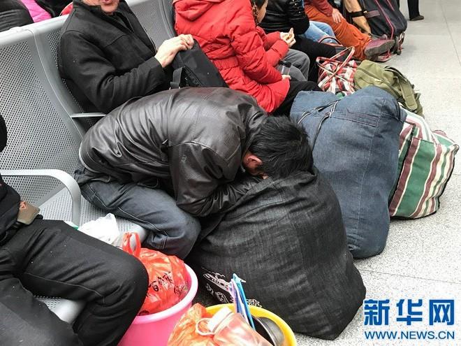 Chùm ảnh: Dù phải mệt mỏi đợi chờ tàu xe, trái tim của những người con tha hương vẫn một lòng hướng về quê mỗi dịp xuân về - ảnh 13