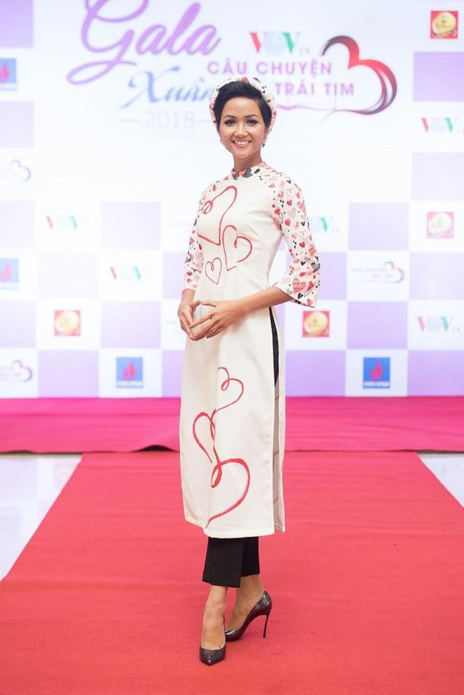 Từ sau khi đăng quang, Hoa hậu HHen Niê rất chăm chỉ thay đổi phong cách thời trang  - Ảnh 18.