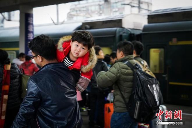 Chùm ảnh: Dù phải mệt mỏi đợi chờ tàu xe, trái tim của những người con tha hương vẫn một lòng hướng về quê mỗi dịp xuân về - ảnh 3