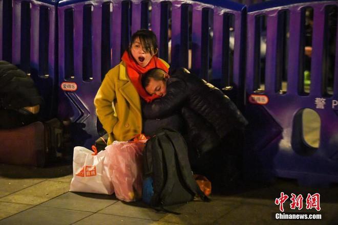 Chùm ảnh: Dù phải mệt mỏi đợi chờ tàu xe, trái tim của những người con tha hương vẫn một lòng hướng về quê mỗi dịp xuân về - ảnh 4