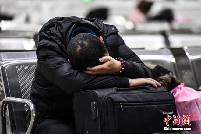 Chùm ảnh: Dù phải mệt mỏi đợi chờ tàu xe, trái tim của những người con tha hương vẫn một lòng hướng về quê mỗi dịp xuân về - ảnh 5