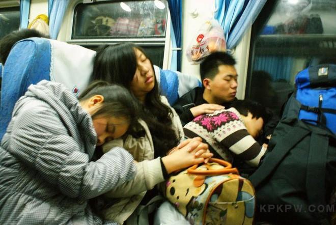 Chùm ảnh: Dù phải mệt mỏi đợi chờ tàu xe, trái tim của những người con tha hương vẫn một lòng hướng về quê mỗi dịp xuân về - ảnh 9