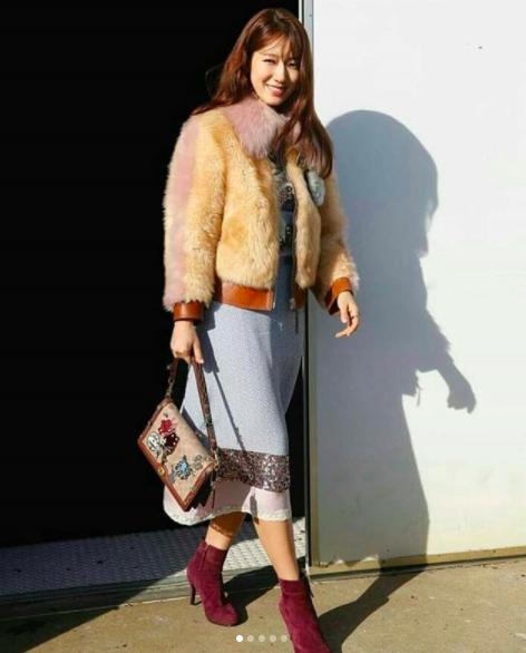 Cùng chễm chệ ghế đầu tại show thời trang, Selena Gomez và Park Shin Hye - nàng nào nổi bật hơn? - Ảnh 6.