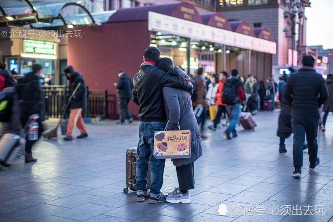 Chùm ảnh: Xúc động những cái ôm bịn rịn nơi sân ga của các cặp đôi phải tạm chia tay về quê ăn Tết - ảnh 1