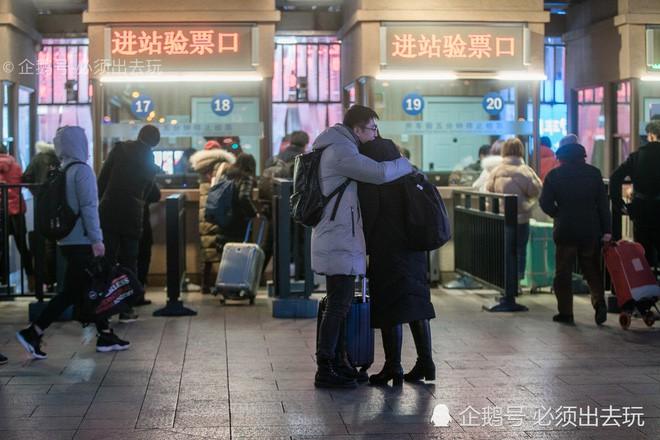 Chùm ảnh: Xúc động những cái ôm bịn rịn nơi sân ga của các cặp đôi phải tạm chia tay về quê ăn Tết - ảnh 2