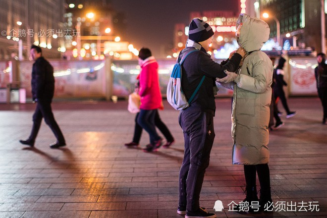 Chùm ảnh: Xúc động những cái ôm bịn rịn nơi sân ga của các cặp đôi phải tạm chia tay về quê ăn Tết - ảnh 3