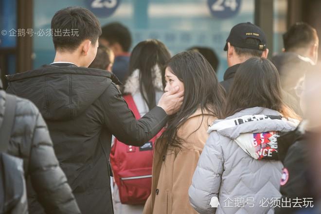 Chùm ảnh: Xúc động những cái ôm bịn rịn nơi sân ga của các cặp đôi phải tạm chia tay về quê ăn Tết - ảnh 7