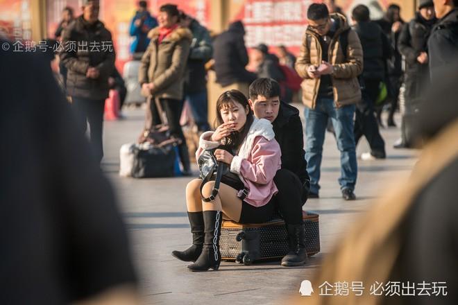 Chùm ảnh: Xúc động những cái ôm bịn rịn nơi sân ga của các cặp đôi phải tạm chia tay về quê ăn Tết - ảnh 8