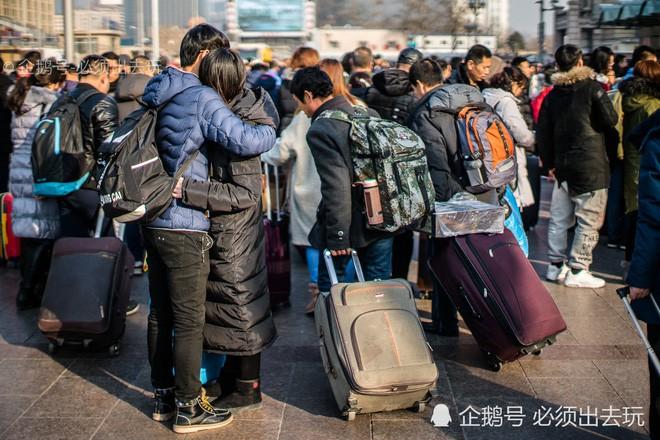 Chùm ảnh: Xúc động những cái ôm bịn rịn nơi sân ga của các cặp đôi phải tạm chia tay về quê ăn Tết - ảnh 9