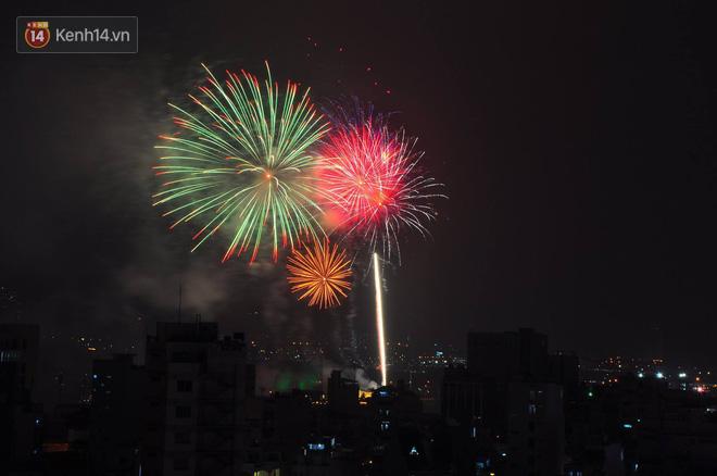 Người Sài Gòn - Hà Nội mãn nhãn với những loạt pháo hoa đầy màu sắc trong thời khắc chuyển giao năm mới 2018 - ảnh 5
