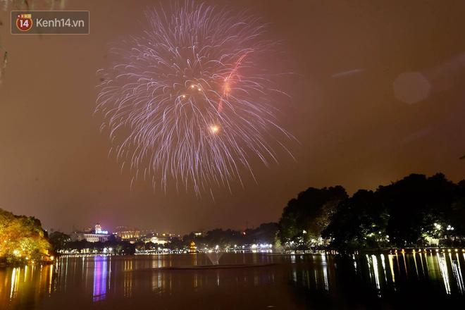 Người Sài Gòn - Hà Nội mãn nhãn với những loạt pháo hoa đầy màu sắc trong thời khắc chuyển giao năm mới 2018 - ảnh 1