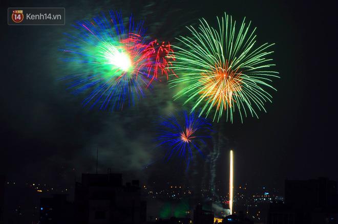 Người Sài Gòn - Hà Nội mãn nhãn với những loạt pháo hoa đầy màu sắc trong thời khắc chuyển giao năm mới 2018 - ảnh 7