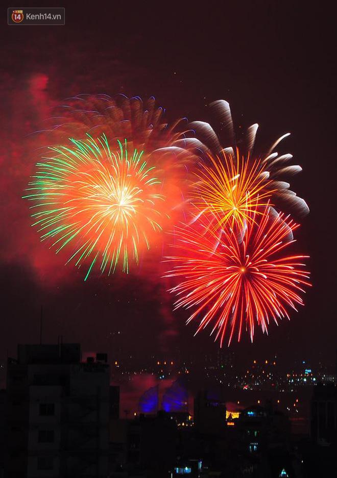 Người Sài Gòn - Hà Nội mãn nhãn với những loạt pháo hoa đầy màu sắc trong thời khắc chuyển giao năm mới 2018 - ảnh 6