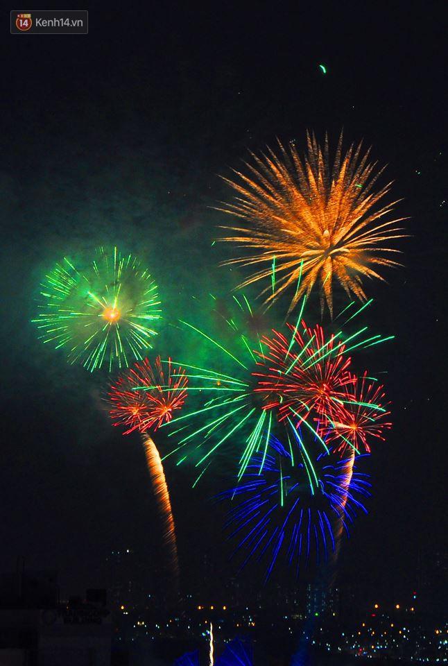 Người Sài Gòn - Hà Nội mãn nhãn với những loạt pháo hoa đầy màu sắc trong thời khắc chuyển giao năm mới 2018 - ảnh 8