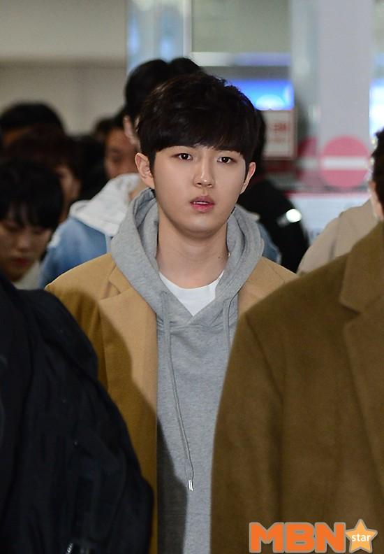 SHINee và Wanna One đụng độ tại sân bay: Center quốc dân có đọ được với độ sang chảnh của Key và Taemin? - Ảnh 19.