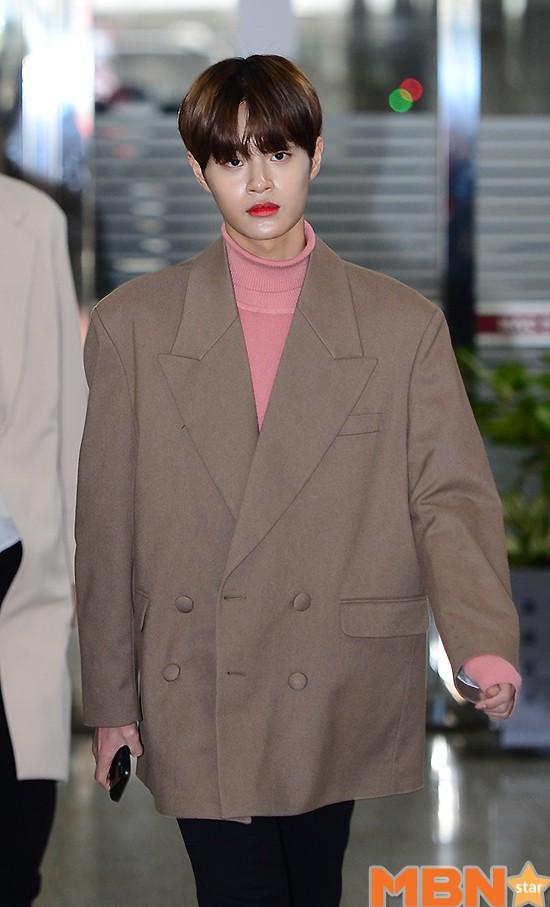 SHINee và Wanna One đụng độ tại sân bay: Center quốc dân có đọ được với độ sang chảnh của Key và Taemin? - Ảnh 22.