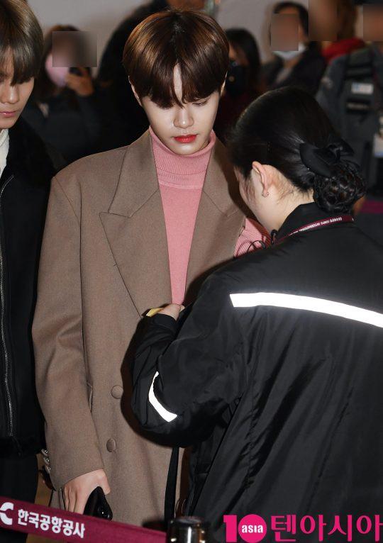 SHINee và Wanna One đụng độ tại sân bay: Center quốc dân có đọ được với độ sang chảnh của Key và Taemin? - Ảnh 23.