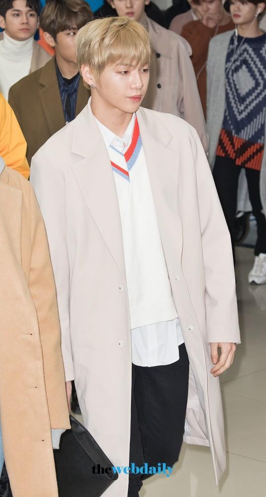 SHINee và Wanna One đụng độ tại sân bay: Center quốc dân có đọ được với độ sang chảnh của Key và Taemin? - Ảnh 4.