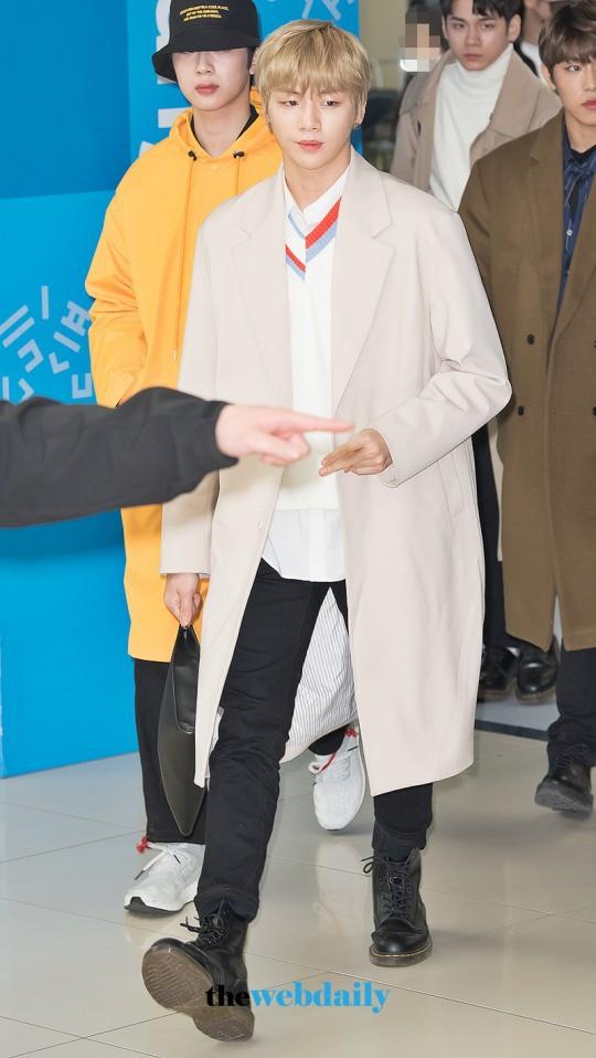 SHINee và Wanna One đụng độ tại sân bay: Center quốc dân có đọ được với độ sang chảnh của Key và Taemin? - Ảnh 3.