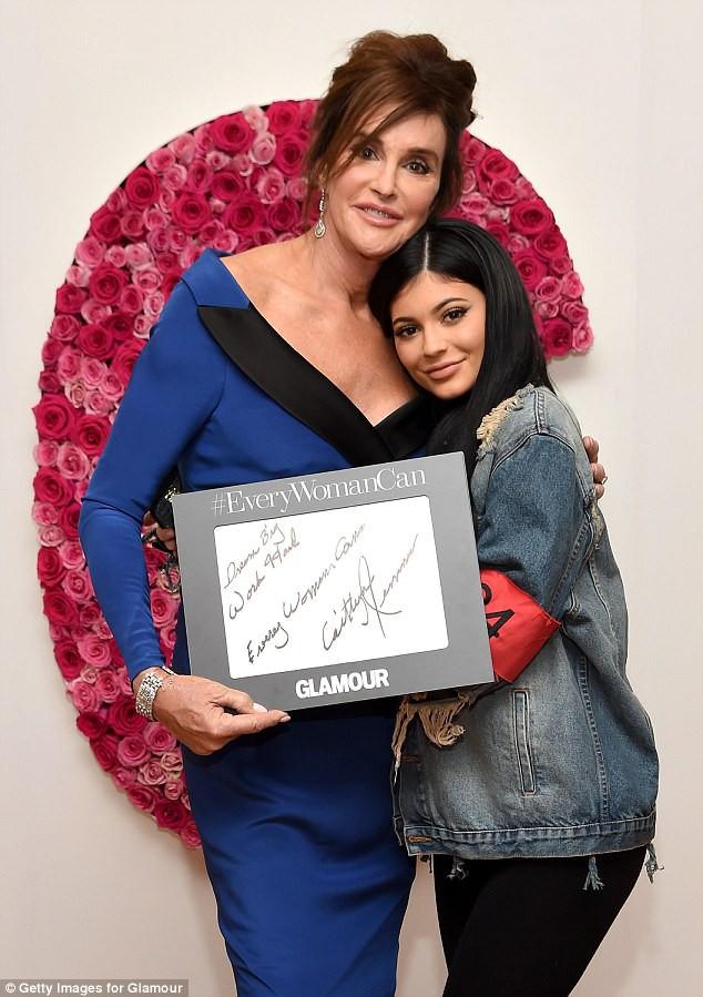 Người bố chuyển giới của Kylie Jenner đăng bức ảnh siêu đáng yêu cho thấy con gái cô sẽ rất xinh xắn - Ảnh 2.