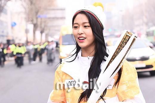 Lóa mắt trước dàn sao hạng A rước đuốc chào Thế vận hội mùa đông 2018: Hết nữ thần lại đến nam thần hội tụ - Ảnh 12.