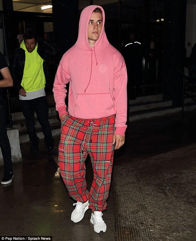 Tài lẻ của Justin Bieber: Mặc quần tụt đến đùi vẫn có thể đi lại dễ dàng - ảnh 5