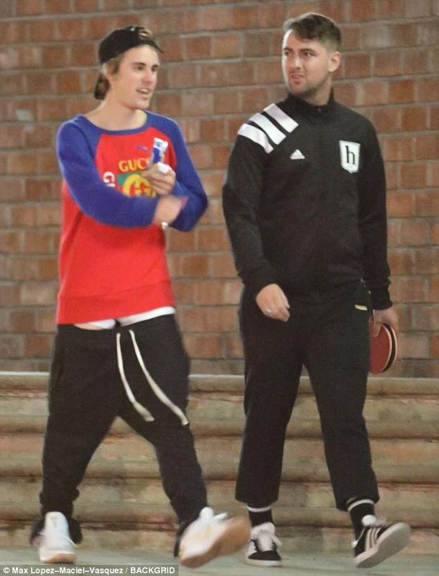 Tài lẻ của Justin Bieber: Mặc quần tụt đến đùi vẫn có thể đi lại dễ dàng - ảnh 1