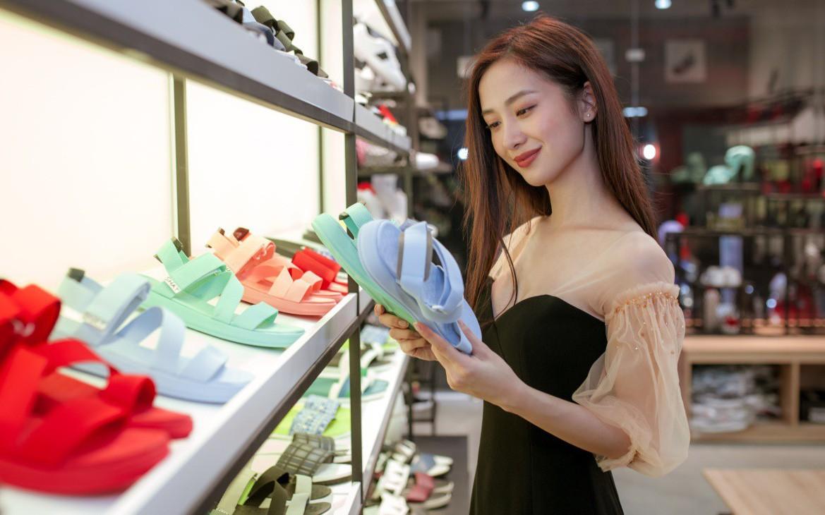 Jun Vũ cùng dàn sao Tháng năm rực rỡ trẻ trung, năng động chọn sandals cá tính
