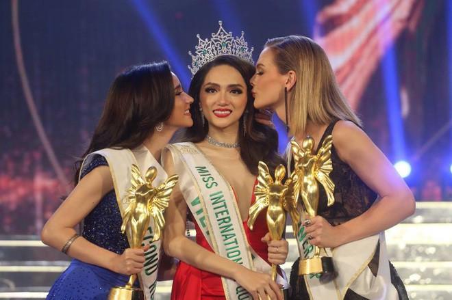 Mặc bị đối thủ tỏ thái độ, Hương Giang được trưởng BTC Hoa hậu Chuyển giới Quốc tế khen ngợi hết lời - Ảnh 4.