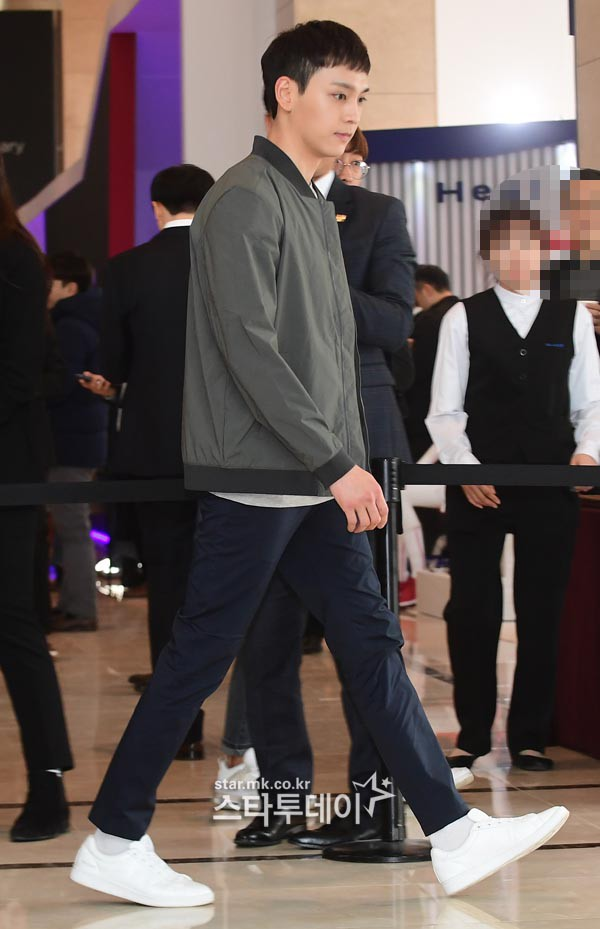 Sự kiện hot nhất hôm nay: Bạn trai Park Shin Hye lần đầu xuất hiện đã bị chê, Lee Seung Gi lộ mặt bóng dầu - Ảnh 1.