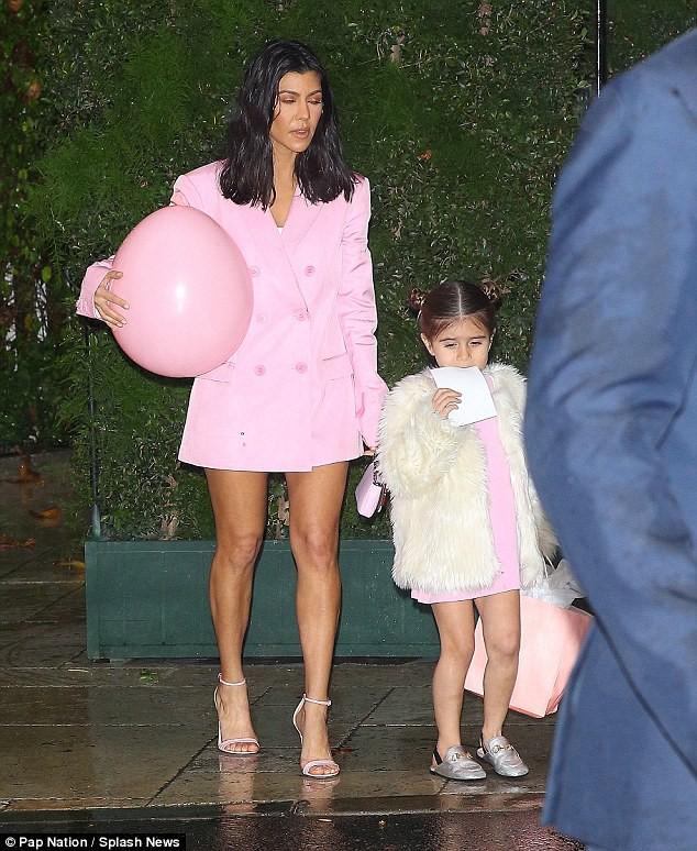 Dán băng keo để ngực không chảy xệ, chị cả nhà Kardashian bị hớ hênh khi hẹn hò phi công trẻ - ảnh 5