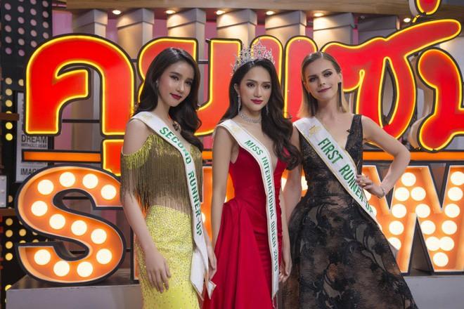 Không chỉ đăng ảnh lên Instagram, chị đại Lukkade còn tặng Hương Giang món quà bất ngờ ngay trên sóng truyền hình Thái Lan - Ảnh 2.