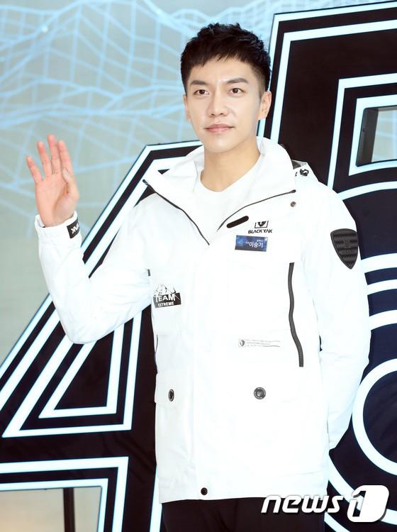 Sự kiện hot nhất hôm nay: Bạn trai Park Shin Hye lần đầu xuất hiện đã bị chê, Lee Seung Gi lộ mặt bóng dầu - Ảnh 11.